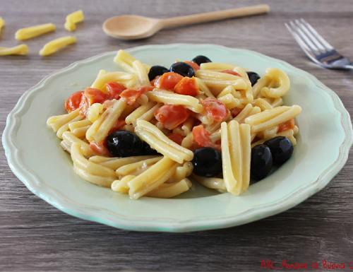 Casarecce con pomodorini, olive e gorgonzola