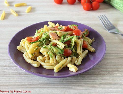 Pasta con zucchine, pomodorini e salmone