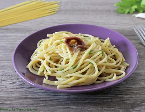Spaghetti con aglio, acciughe e prezzemolo