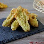 Fiori di zucca fritti ripieni con mozzarella e acciughe
