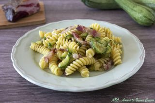 pasta con gorgonzola, zucchine, e guanciale