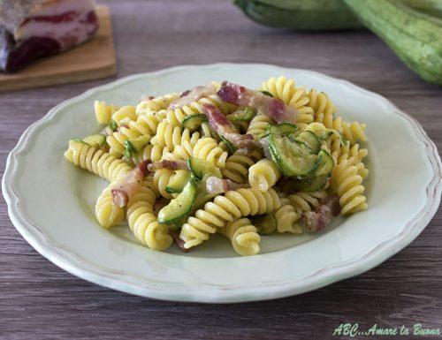 Pasta con gorgonzola, zucchine e guanciale