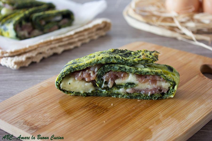 Rotolo di frittata agli spinaci ripieno con salsiccia e mozzarella