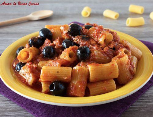 Pasta con tonno e olive – ricetta con pomodoro