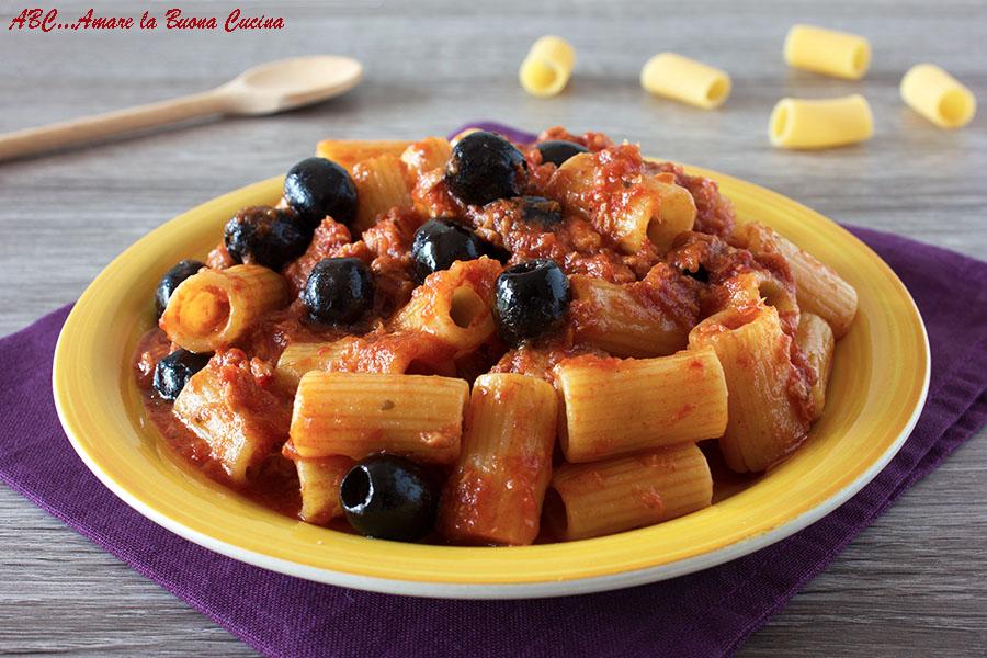 Pasta con tonno e olive - ricetta con pomodoro