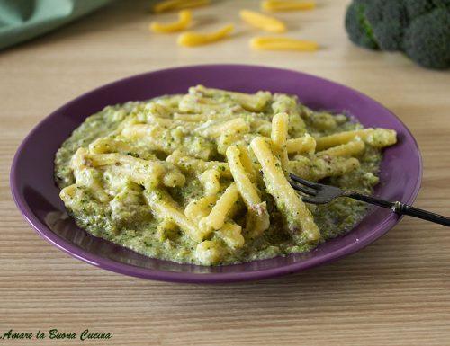 Pasta cremosa con broccoli, salsiccia e ricotta