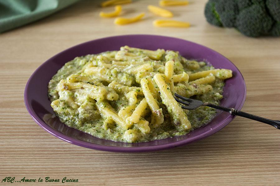 pasta cremosa con broccoli salsiccia e ricotta