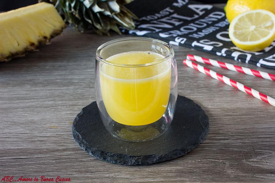centrifuga di ananas, limone e zenzero