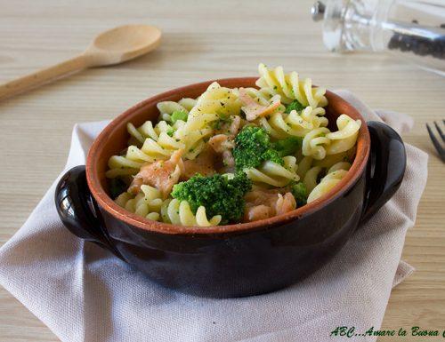 Pasta con broccoli e salmone