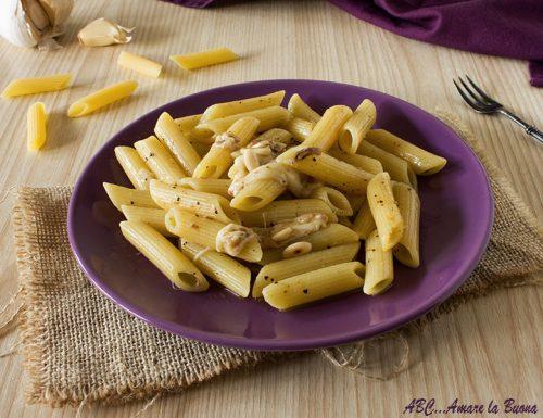 Pasta con acciughe, mozzarella e pinoli tostati