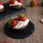 Ovetti di cioccolato ripieni con panna e fragole