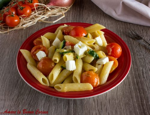 Pasta con zucchine, pomodorini e stracchino