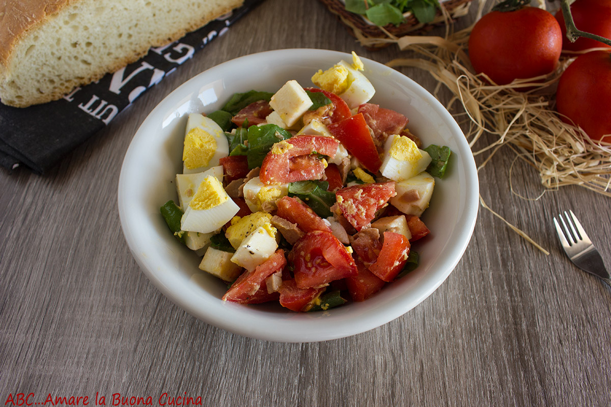 insalata ricca con uova, tonno e mozzarella
