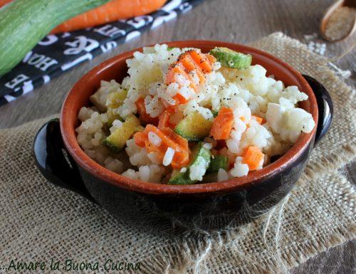 Insalata di riso con zucchine, carote e feta
