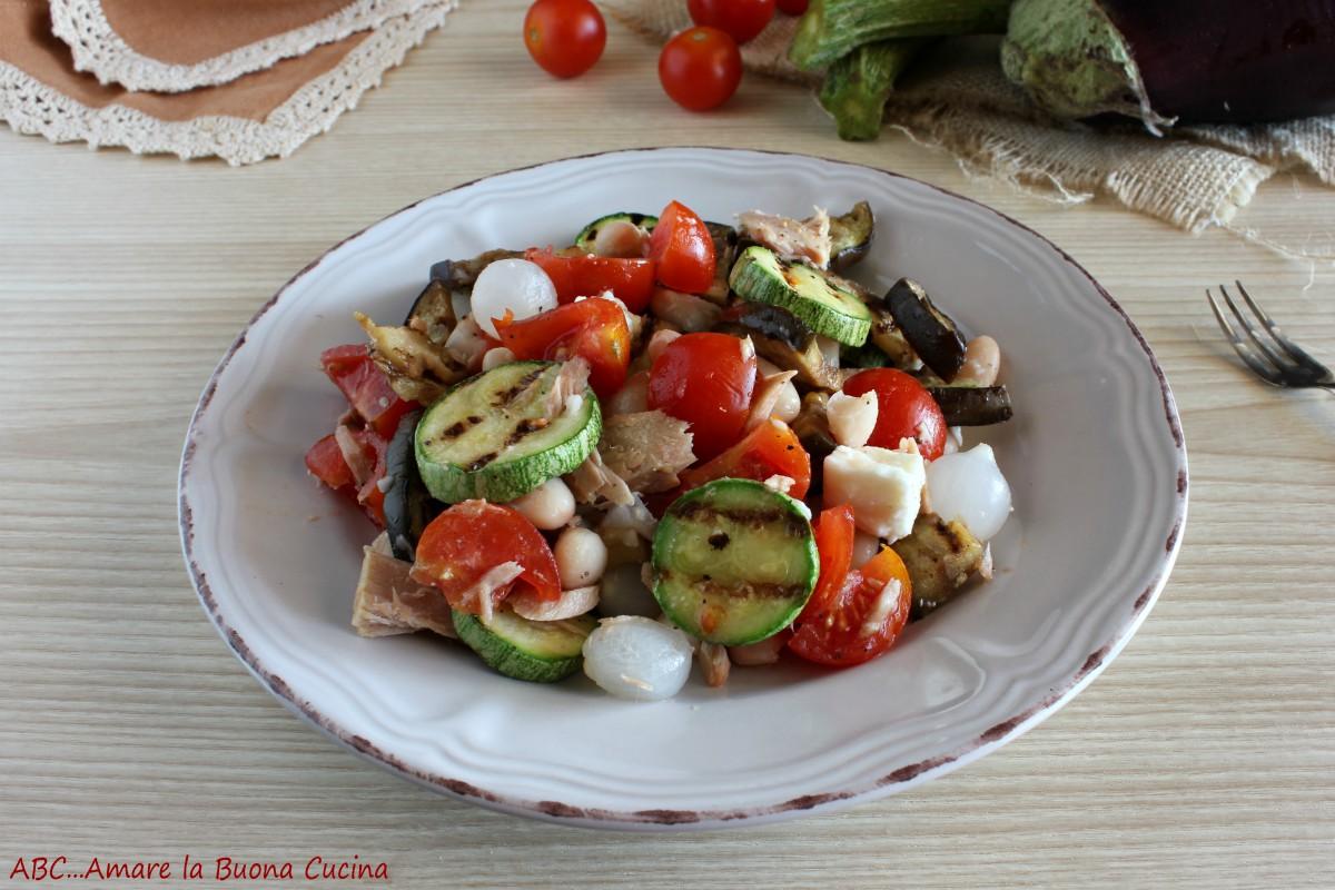 insalata con fagioli, tonno, mozzarella e verdure