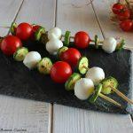Spiedini pomodoro, mozzarella e zucchine