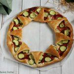 Corona di pasta sfoglia con zucchine e salame