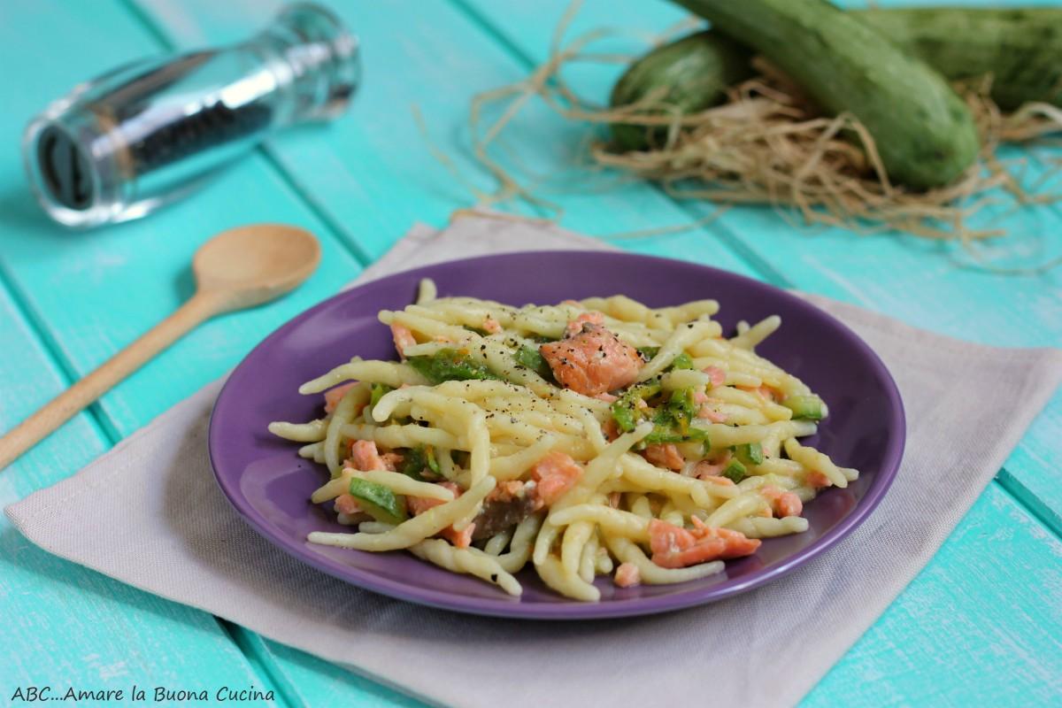 trofie con zucchine, fiori di zucca e salmone