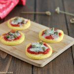 Pizzette di polenta con capperi e acciughe