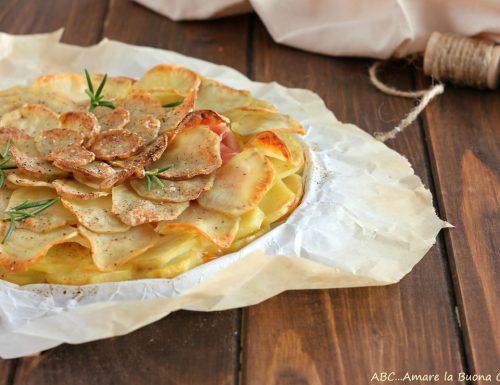 Torta di chips di patate con prosciutto e formaggio