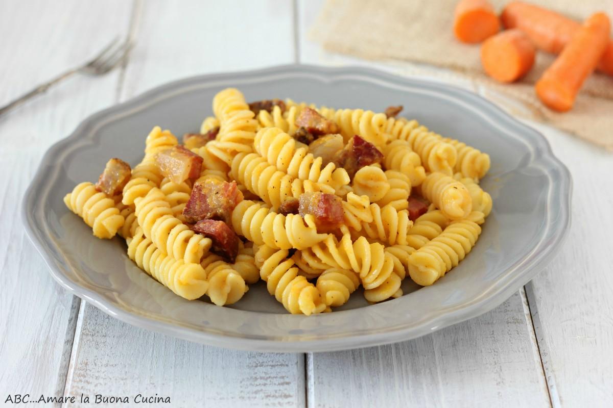 pasta con crema di carote e guanciale