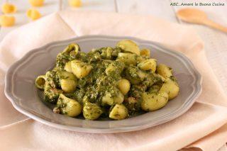 pasta con crema di spinaci e salsiccia