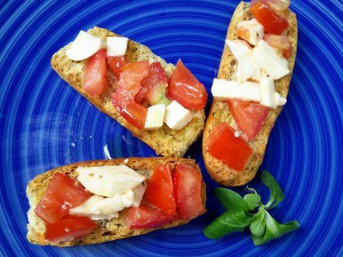 Crostini integrali con pomodoro e mozzarella