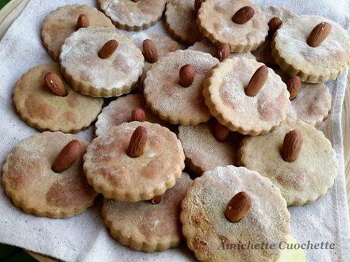 Biscotti con farina di piselli e mandorle