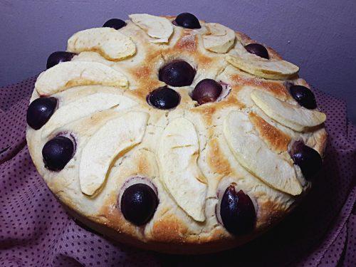 Focaccia dolce con mele ed uva