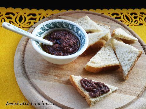 Paté di olive nere con crostini di pane