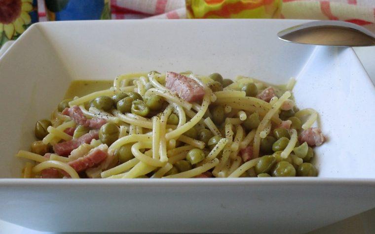 Minestra di spaghetti con piselli e pancetta