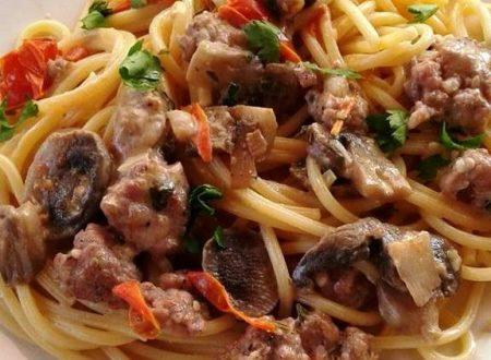 Spaghetti quadrati con salsiccia, funghi freschi e stracchino – Christine C.