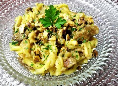 Eliche al curry con funghi porcini, tonno, patate e noci