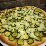 Pizza a lunga lievitazione con le zucchine, salmone  e ricotta affumicata