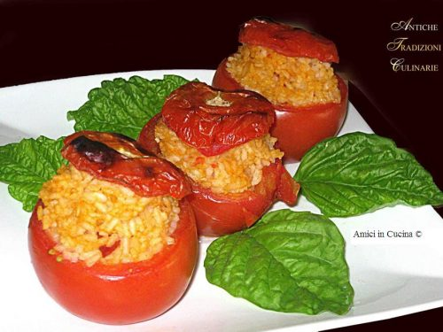 Pomodori ripieni con riso, prosciutto cotto, mozzarella e parmigiano