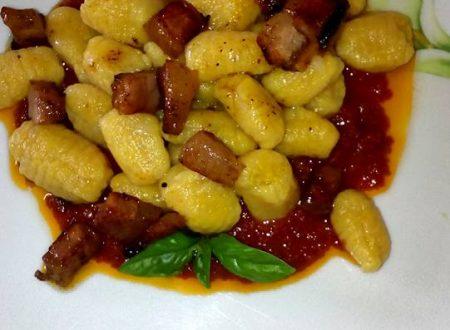 Gnocchi di zucca su letto di salsa di pomodoro