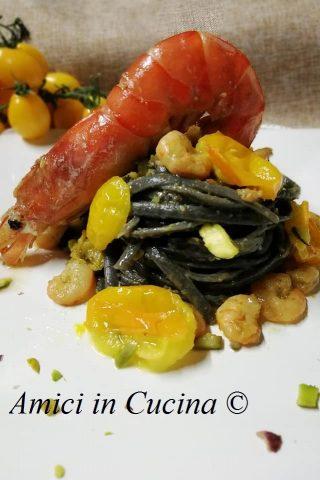 Linguine al nero di seppia con gamberi, datterini gialli e pistacchi