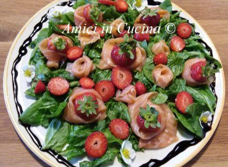 Insalata salmone, spinacino, fragole ed glassa di aceto balsamico