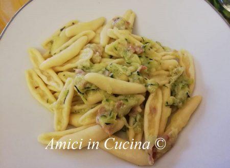 Pasta fresca con zucchine, prosciutto crudo, fontina e parmigiano grattugiato