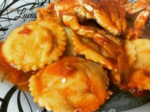 Ravioli ripieni di baccalà e patate con sugo di granchio