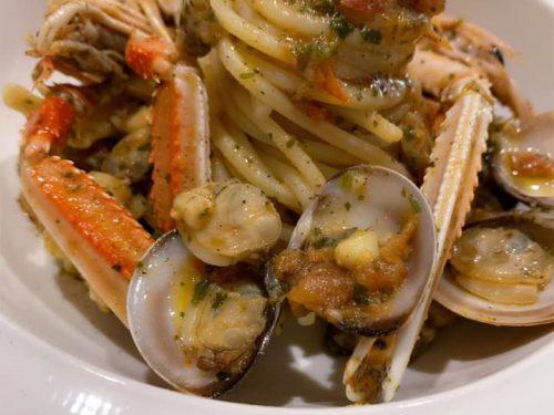 Spaghetti quadrati trafilati al bronzo con i frutti di mare