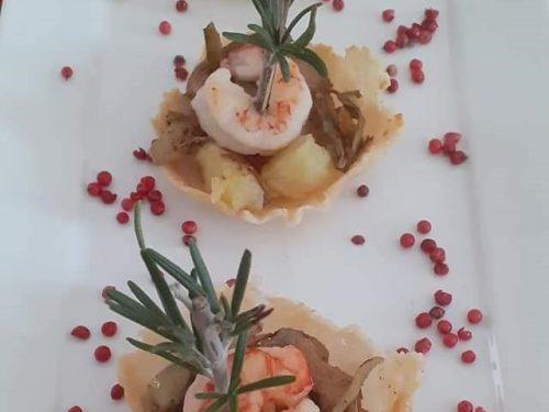 Cestini di cialda di parmigiano grattugiato con carciofi patate e gamberone