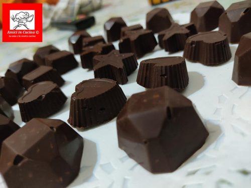 Cioccolatini fondenti con granella di nocciole