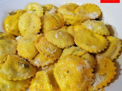 Ravioli di ricotta e spinaci con olio salvia e zafferano purissimo