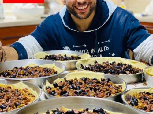 Calzone con sponsali uva sultanina olive nere e alici