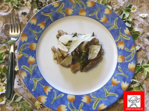 Straccetti di carne con asparagi e petali di parmigiano
