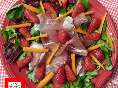 Insalata valeriana radicchio rosso filetti di carote fragole prosciutto crudo