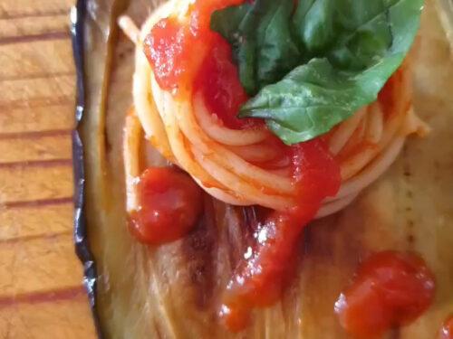 Melanzane fritte con spaghetti al sugo