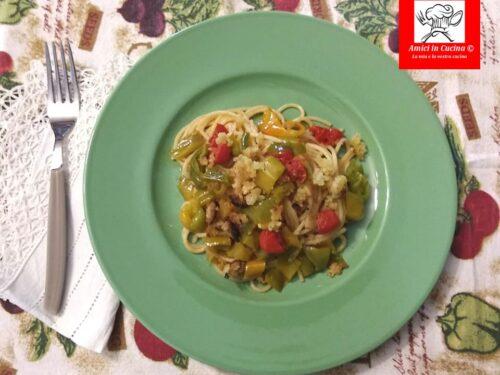 Spaghetti con friggitelli pomodorini acciughe e mollica fritta