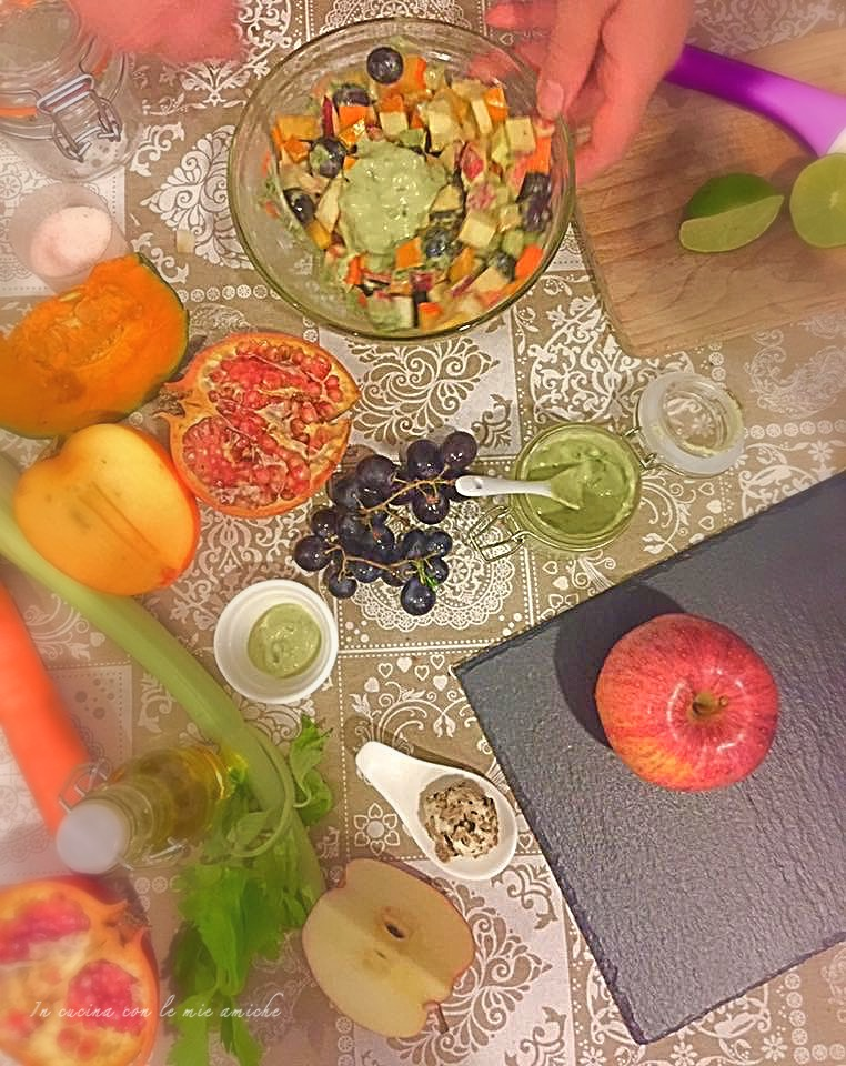 Insalata invernale di frutta con salsa al basilico
